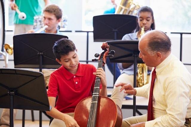 Auch traditionelle Bildungsinhalte interessant vermitteln zu können – das ist eine der größten Herausforderungen der musikpädagogischen Praxis (© istock/monkeybusinessimages).
