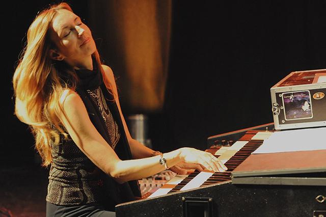 Meisterin ihres Fachs: Die Jazzmusikerin Barbara Dennerlein swingt an der Orgel.
