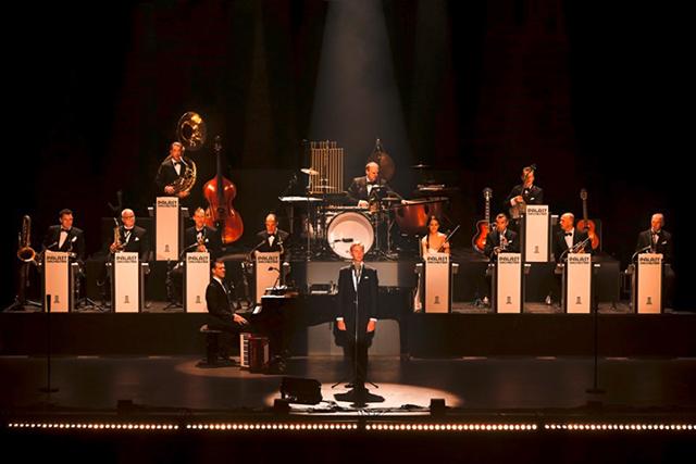 Max Raabe und das Palast Orchester lassen die schwungvollen Klassiker der Zwischenkriegszeit wiederaufleben.