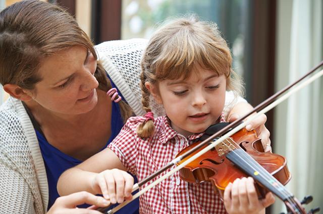 Geigenunterricht führt nicht nur zu schönen (wenn auch anfangs schrägen) Klängen, sondern sorgt auch für mehr Selbstvertrauen. (© iStock.com/Highwaystarz-Photography)