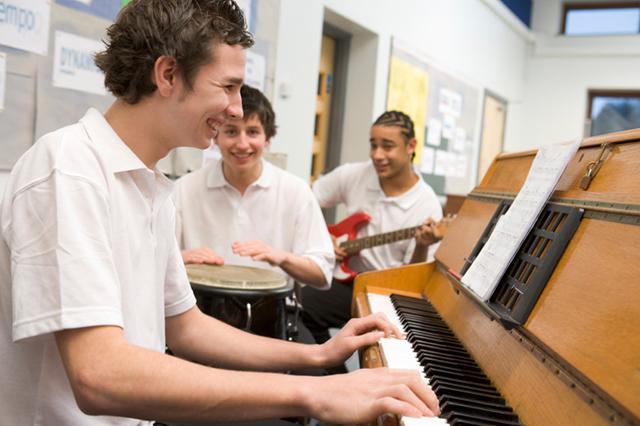 Musikunterricht macht nicht nur Spaß, sondern verbessert auch die Konzentration (© iStock.com/monkeybusinessimages)