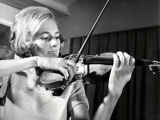 Die Violinistin Ursula Bagdasarjanz mit einer Stradivari.