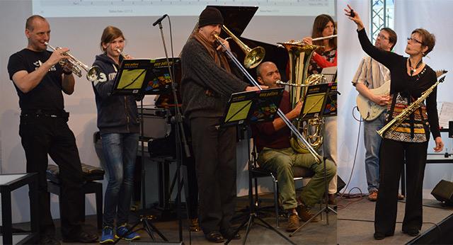 """Die Autoren auf der Frankfurter Musikmesse 2015 während der Vorstellung von """"easy pattern"""" am Stand der """"Neuen Musikzeitung"""". Links: Alexander Kowalsky an der Posaune, rechts: Ulrike Schimpf am Sopransaxophon."""
