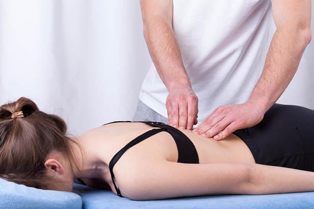 Regelmäßige Massagen und gezielte Physiotherapie helfen dabei, Verspannungen zu lösen.
