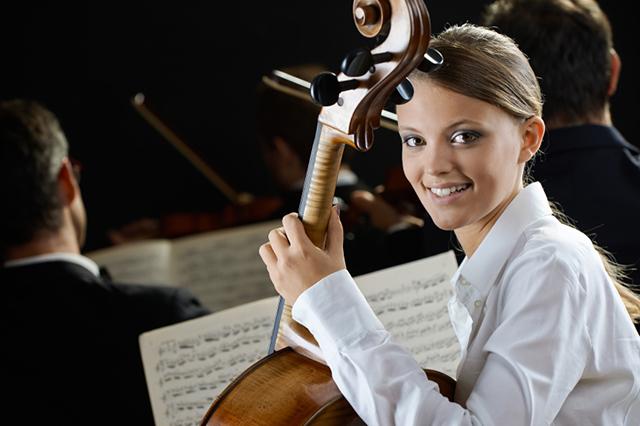 Warum nicht im Orchester spielen? Musizieren in der Gruppe motiviert.