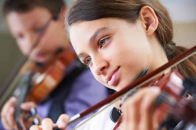 Gemeinsam Musik machen, etwa in einer Streicherklasse, kann für Musikschüler sehr motivierend sein. Der Lernfortschritt ist aber langsamer als beim Einzelunterricht.