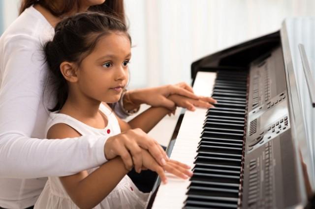 Bevor sich Kinder für ein Instrument entscheiden, sollten sie sich ausprobieren – an den örtlichen Musikschulen gibt es häufig Schnupperangebote.