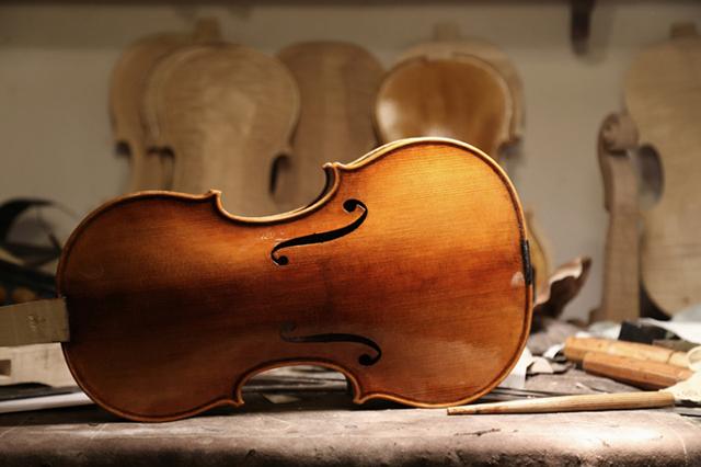Sind Zargenkranz, Decke und Boden miteinander verleimt, ist der Korpus der Geige fertig.