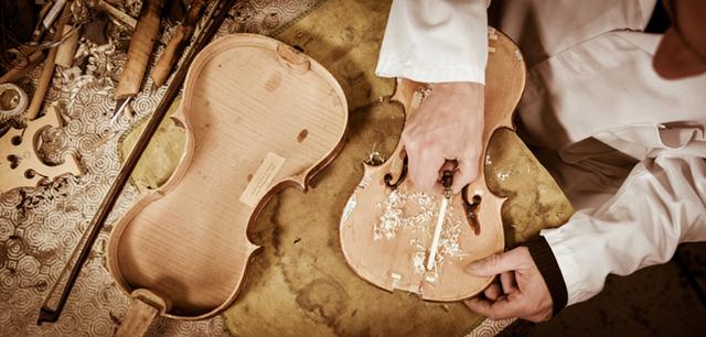 Der Korpus einer Geige entsteht.