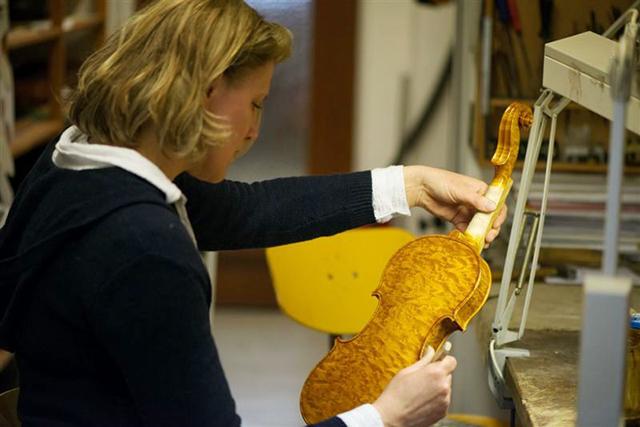 Ihre Streichinstrumente baut die Geigenbaumeisterin aus edlen Hölzern, die sorgfältig gelagert wurden.