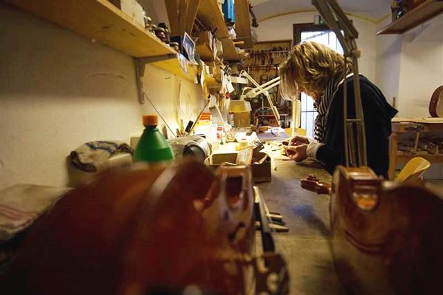 Hohe Konzentrationsfähigkeit und Perfektionismus gehören unbedingt zum Geigenbauer-Handwerk.
