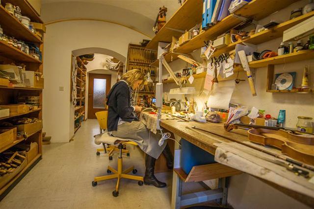 Viele Stunden am Tag verbringt Marion Michael in ihrer Geigenbauwerkstatt.