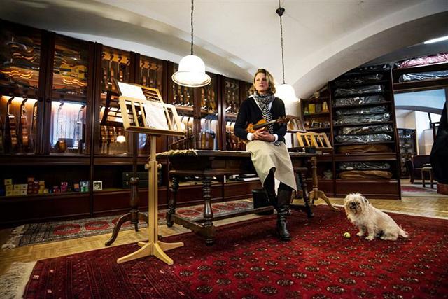 Ein Ort voller Atmosphäre: In ihrem Laden stellt Marion Michael die hochwertigen, handgefertigten Streichinstrumente aus.