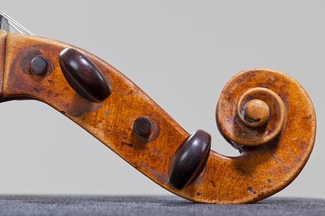 Mithilfe der Wirbel kann die Geige später gestimmt werden.