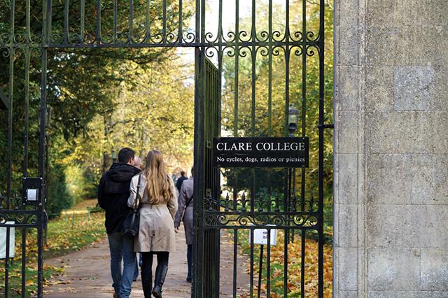 Bereits in seinem Grundstudium am Clare College wurden die ersten Kompositionen von John Rutter veröffentlicht.