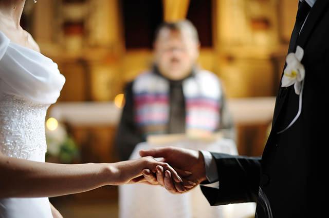 Brautpaar bei der Trauung in der Kirche