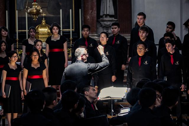 Dirigent leitet Chor