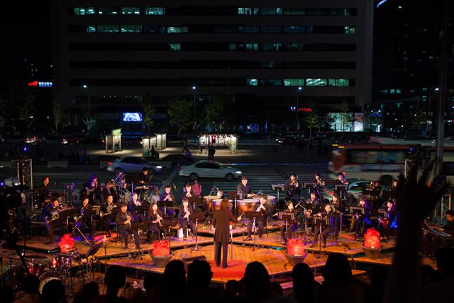 Dirigent mit Orchester bei einer Aufführung