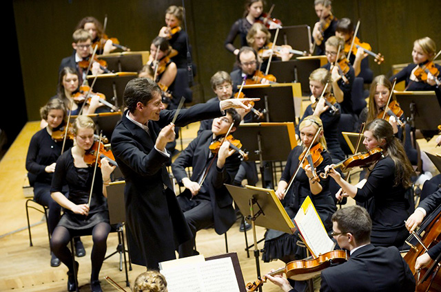 Dirigent Raphael Haeger mit Orchester