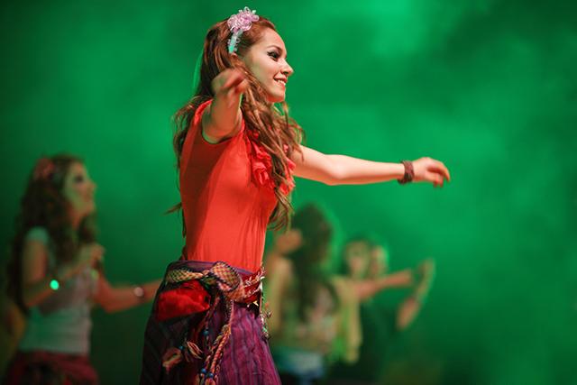 Mädchen tanzt in einem Musical