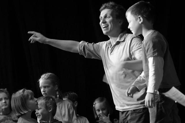 Peter Schindler mit Kindern
