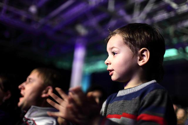 Zuschauer: Kind klatscht
