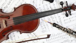 Geige und Oboe auf Notenblättern