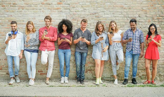 Junge Menschen nutzen Social Media