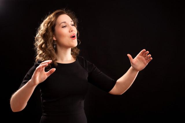 Frau singt solistisch