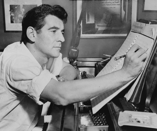 Leonard Bernstein im Jahr 1955 in seinem Apartment