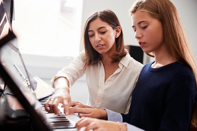 Das Spielen von Etüden auf dem Klavier steigert die Fingerfertigkeit