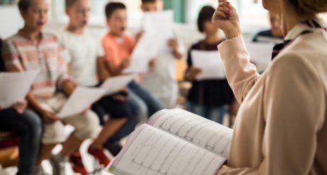Lehrerin sing mit Klasse Kanon