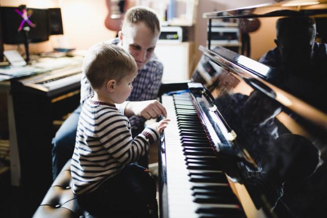 Klavierlehrer mit Klavierschüler