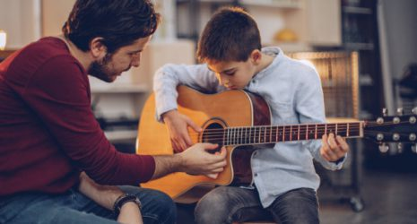 Gitarrenlehrer mit Schüler