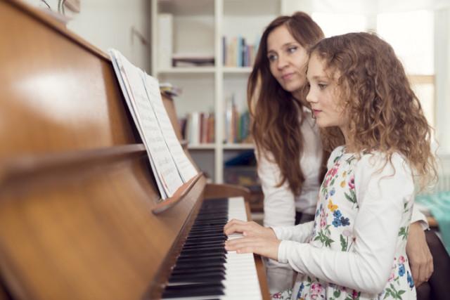Klavierlehrin und -schülerin