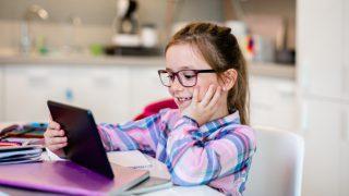 Schülerin mit Tablet im Homeschooling