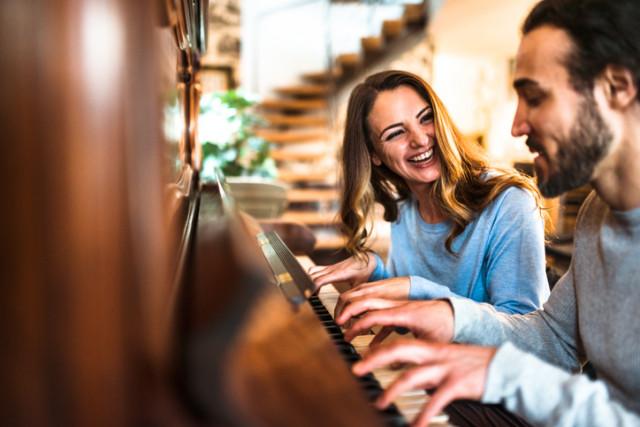 Zwei Musiker am Klavier